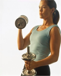Woman_lifting_weights_working_out_2