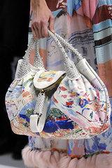 Не менее актуальны сегодня летние сумки из ткани.  Это практичные.