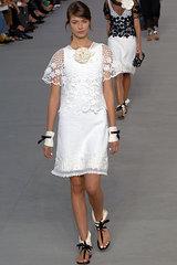 Марка Chanel балансирует на грани между классическими традициями Коко...