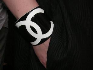 Do_white_bib_cuffs
